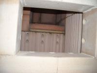 Pohled do topeniště, otvory slouží pro přívod předehřátého vzduchu, který podporuje hoření všech plynných složek dřeva.