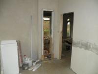 Průchod v příčce do kuchyně, později se zakryje topnou stěnou.