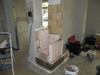 Stavba bio topeniště. Ve tvarovkách jsou dutiny pro přívod vzduchu do prostoru hoření.