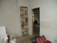 Topná stěna do kuchyně, otvory pro přístup k čidlu teploty v pádu a klapce automatické regulace.