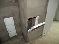 Čistící kachle pro přístup do tahů v patře a dvířka pro přístup do kouřovodu.