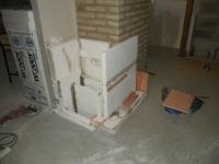 Stavba hypokaustu v patře. Podél komína bude stoupat nahřátý vzduch.